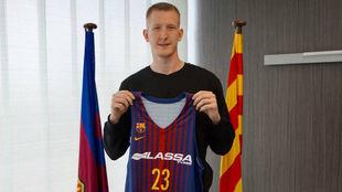 Roland Smits posa con la camiseta del Barcelona.