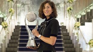 Garbiñe, con el trofeo de número uno WTA
