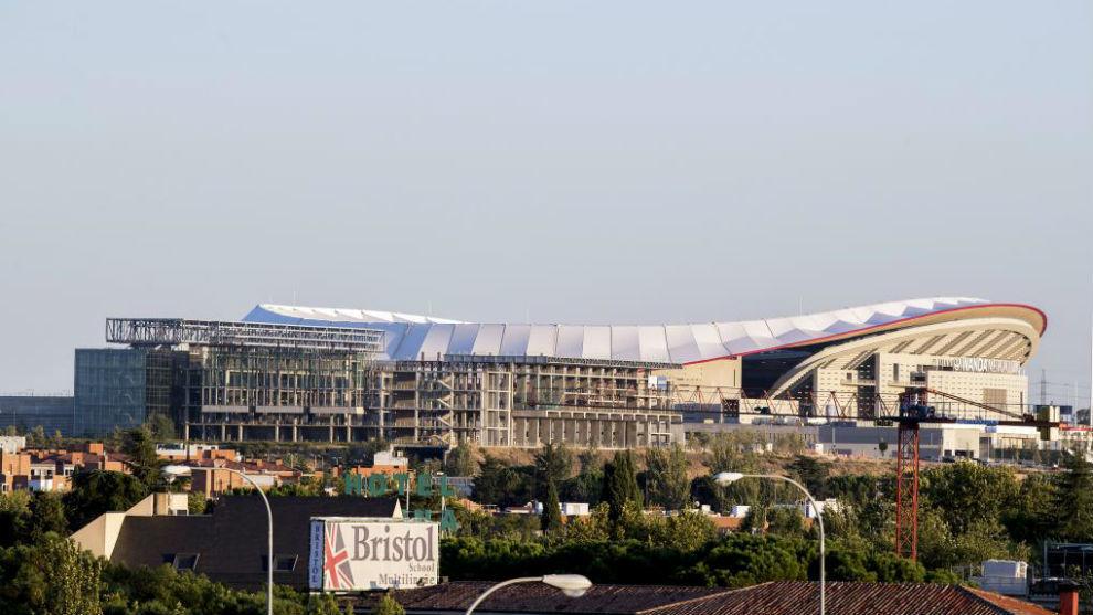 Imagen del Metropolitano con el Centro Acuático delante