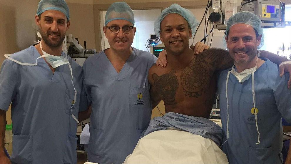 Ray Zapata, en el quirófano con el equipo médico del doctor Manuel...