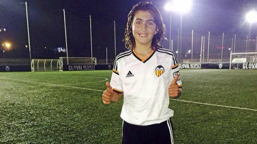 Leo Coira posa con la camiseta del Valencia.