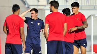 Eduardo Berizzo, junto a sus hombres en el entrenamiento de este...