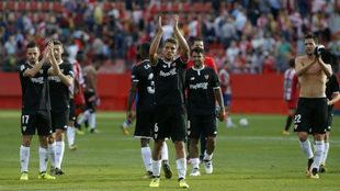 Los jugadores del Sevilla aplauden a su afición en Montilivi.
