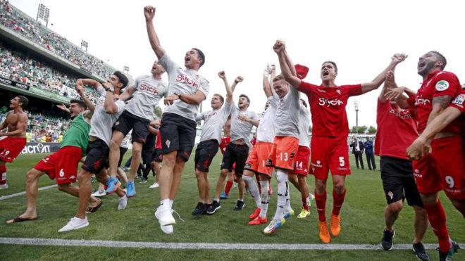 Los jugadores del Sporting celebran el ascenso en el césped del...