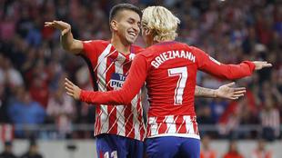 Correa celebra con Griezmann el gol del francés en el Wanda.