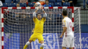 Paco Sedano para un balón en un partido de la selección española