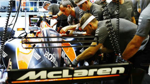 Los mec�nicos de McLaren trabajan en el box del equipo en Singapur.
