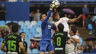 Varas despeja de puños ante Grippo en el partido del Granada en La...