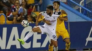 Pelayo Novo es sujetado por un jugador del Alcorcón durante el...