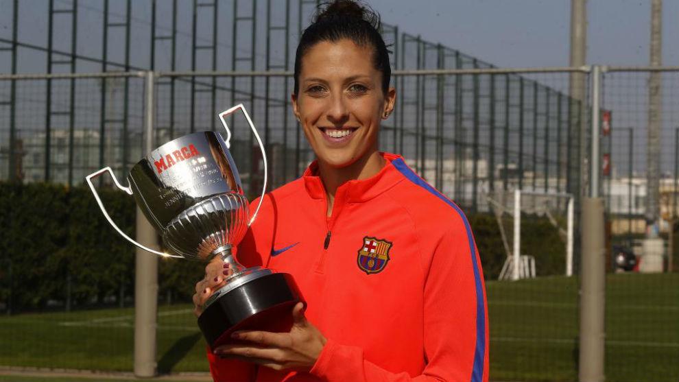 Jenni Hermoso posa con el Premio Pichichi de la temporada 2015/2016.