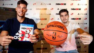 Willy y Juancho Hernangómez posan con la nueva edición del NBA 2K18