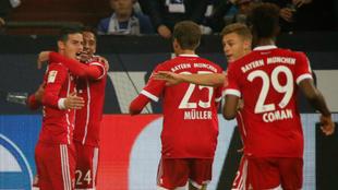 James celebra su gol junto a sus compañeros de equipo.
