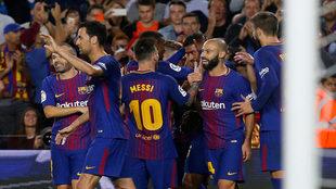 Los jugadores del Barcelona celebran el 2-0 al Eibar