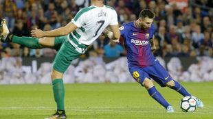 Lionel Messi se dispone a disparar a portería.