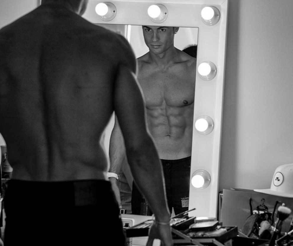 Cristiano Ronaldo luciendo abdominales ante el espejo