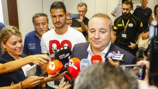 Ramírez, con Vitolo a sus espaldas, atiende a los medios.