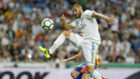 Benzema intenta controlar un balón ante el Valencia en el Bernabéu.
