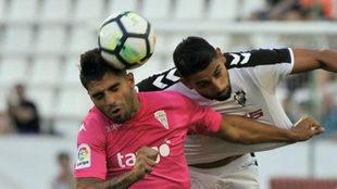 Gaffoor salta con Jona durante el Albacete-Córdoba de la jornada 2.