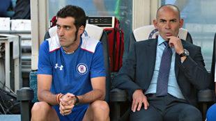 Julio Muñoz junto a Paco Jémez, durante un partido de Cruz Azul