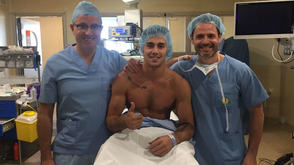 Adrià Verá junto a los doctores Manuel Leyes y Cesar Flores.