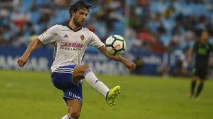 Oliver Buff controla un balón en un partido en La Romareda.