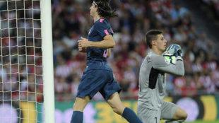 Kepa atrapa un bal�n ante la llegada de Filipe Luis.
