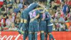 Los jugadores del Atl�tico celebra un gol en San Mam�s.