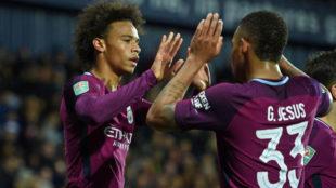 San� celebra su gol con Gabriel Jesus.