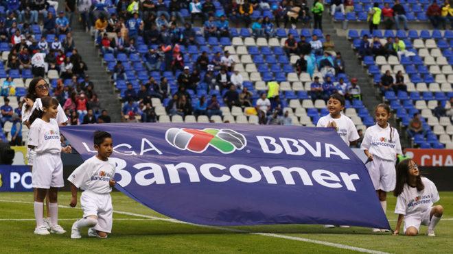 Niños durante la ceremonia de protocolo de un partido de la Liga MX. 7a3bee5009543