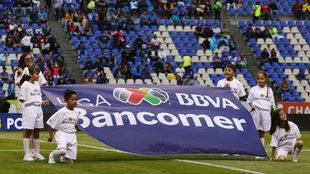 Niños durante la ceremonia de protocolo de un partido de la Liga MX.