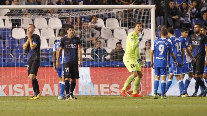 Los jugadores del Alavés lamentan una ocasión fallada en Riazor.