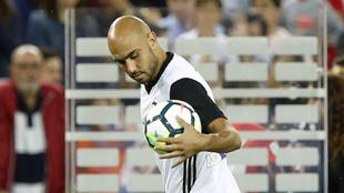 Zaza (26) coge el balón una vez acabado el partido ante el Málaga