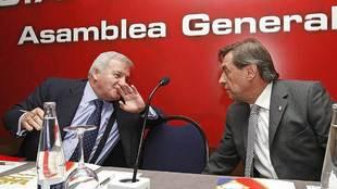 Patxi Izco y Miguel Archanco, durante la asamblea general de socios...