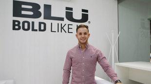 El campeón de karate, Pepe Carbonell, en el palco de BLU Products en...