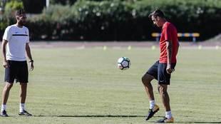 Pablo Caballero toca el balón durante un entrenamiento al margen de...