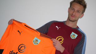 Lindegaard (33) muestra la camiseta del Burnley