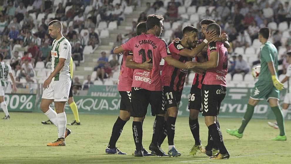 Los jugadores del Tenerife celebran uno de sus cuatro goles en...