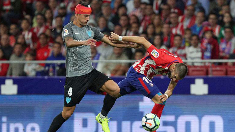 Luis Hernández pelea con un balón con Carrasco en el estreno del...