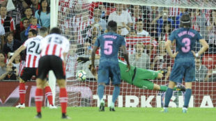 Oblak (24) detiene el penalti que lanzó Aduriz en el partido entre el...