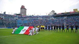 Protocolo previo al partido entre Cruz Azul y Santos.