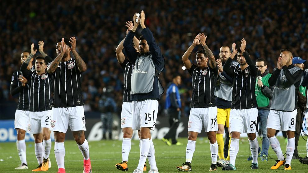 Los jugadores del Corinthians aplauden a su afición