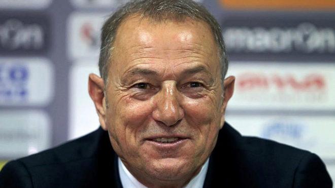De Biasi, en una rueda de prensa en su etapa como técnico de Albania.