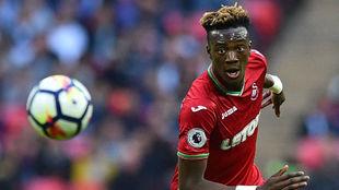 Abraham corre a por un balón en el partido contra el Tottenham.