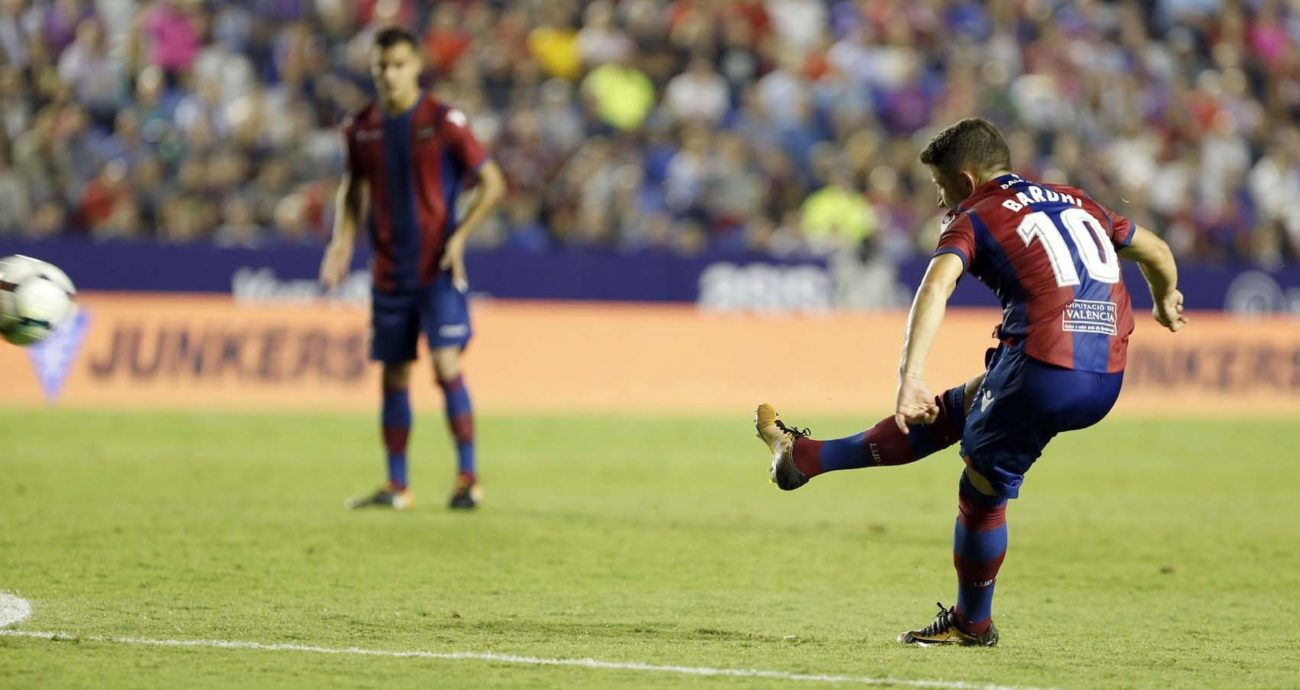 Bardi takes the free kick; photo: Marca