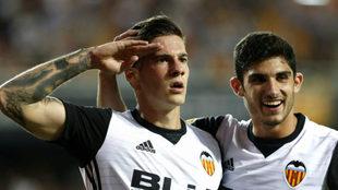 Santi Mina celebra, junto a Guedes, su gol ante el Málaga.