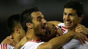 Scocco y 'Nacho' Fernández celebran uno de los goles de...