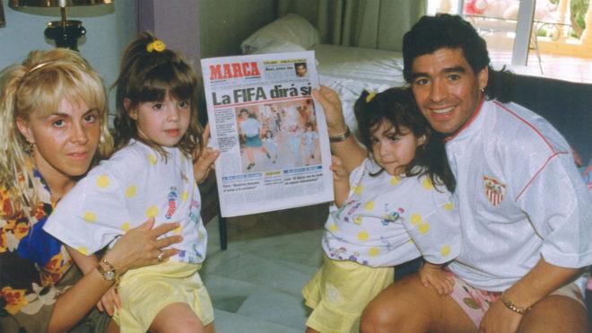 Maradona, su entonces mujer y sus dos hijas posan con un ejemplar de...