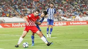 Juan Muñoz controla el balón ante Pina en la reciente visita del...