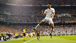 Asensio celebra su gol al Barça en el Bernabéu.