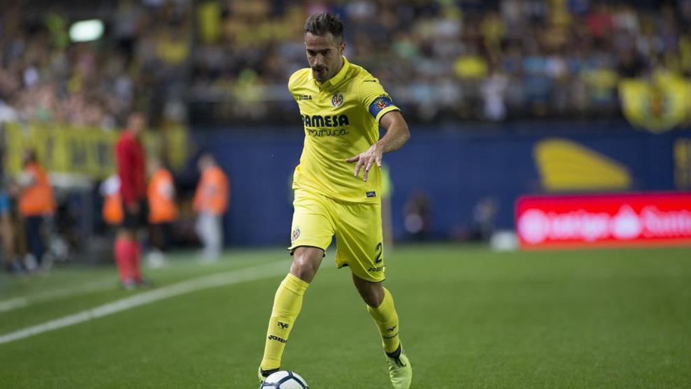 Mario Gaspar conduce el balón en un partido frente al Espanyol